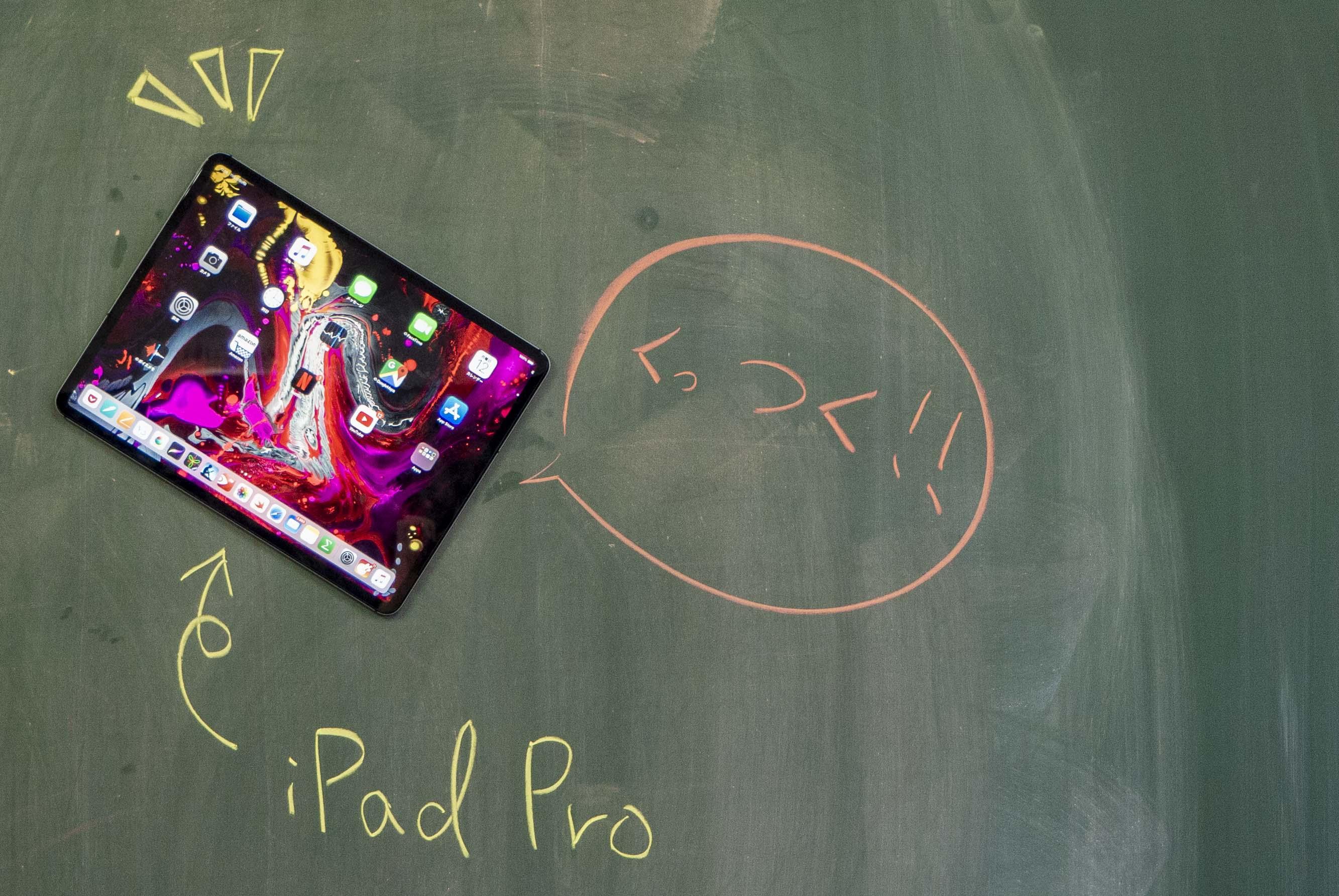 黒板に張り付くiPad Pro